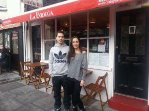 Arturo y Arantxa llevan casi tres años en Brighton y sin fecha de vuelta.